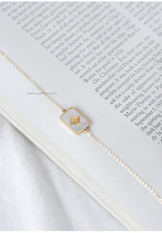 Bracelet doré avec pendentif rectangle nacré
