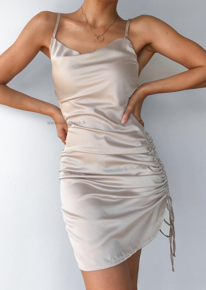 Robe en satin beige plissée sur le côté