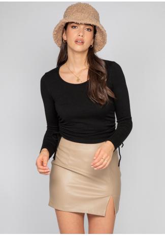 Falda de cuero sintético con abertura lateral en beis