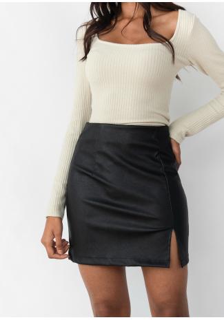 Falda de cuero sintético con abertura lateral en negro