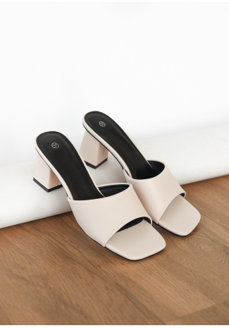 Heeled mules in beige
