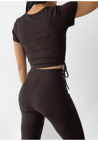 Camiseta con detalle fruncido en marrón
