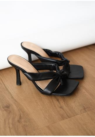 Sandales matelassées à talon et à entre-doigt noir