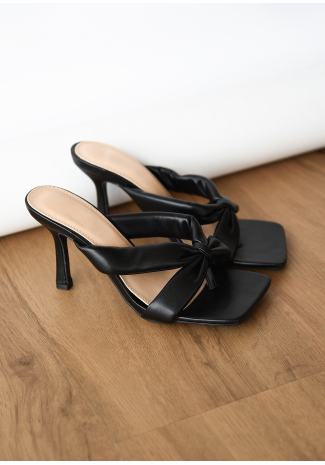 Sandalias negras de tacón estilo chancla y acabado acolchado