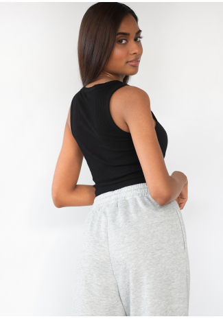 Camiseta negra corta sin mangas de canalé