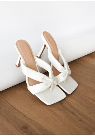 Sandales matelassées à talon et à entre-doigt blanc