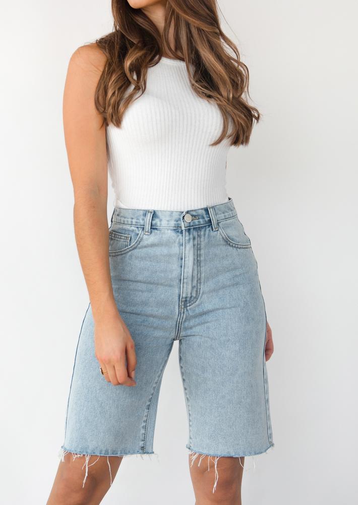 Pantalones cortos vaqueros largos en azul claro