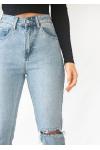 Jeans de pernera recta rasgados en las rodillas