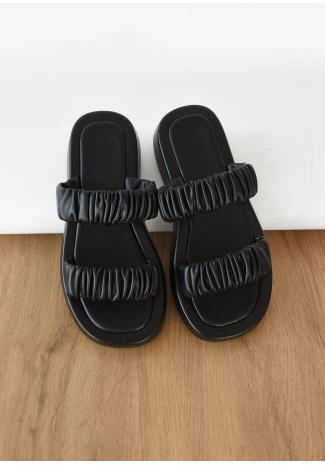 Sandalias planas con diseño fruncido en negro