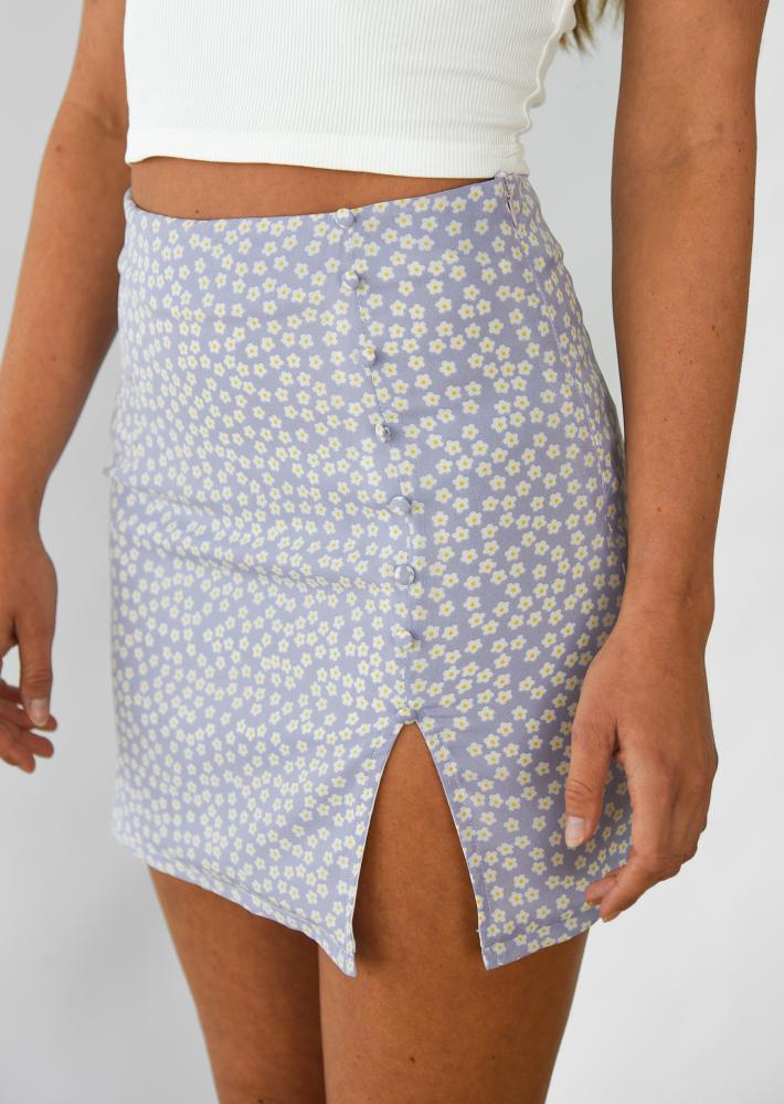 Jupe courte fleurie avec fente et boutons lilas