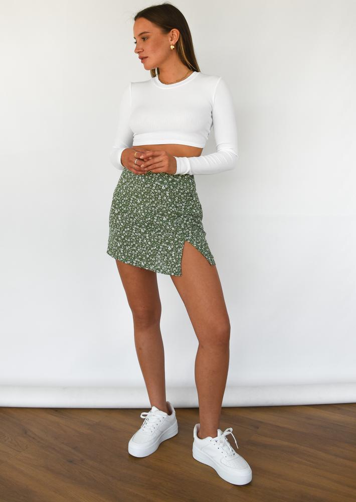 Jupe courte fleurie avec fente et boutons vert