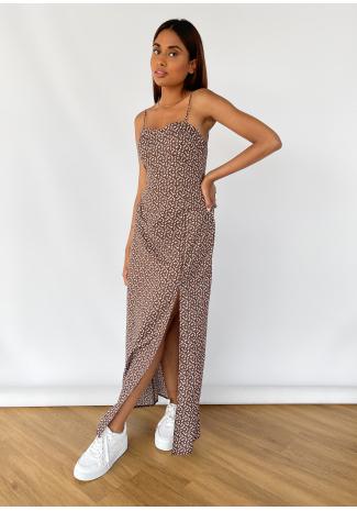 Vestido largo con estampado floral y abertura en marrón