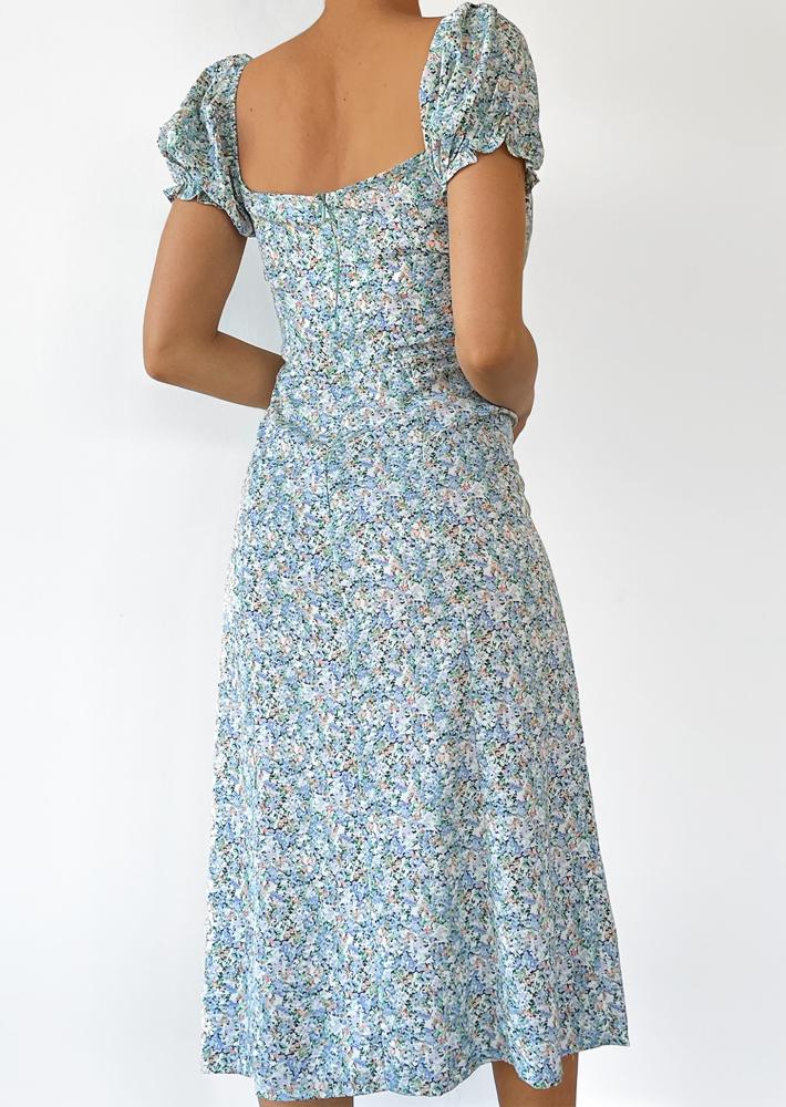 Robe mi-longue fendue bleu fleurie
