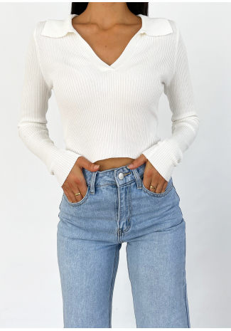 Top blanco de manga larga con cuello estilo polo